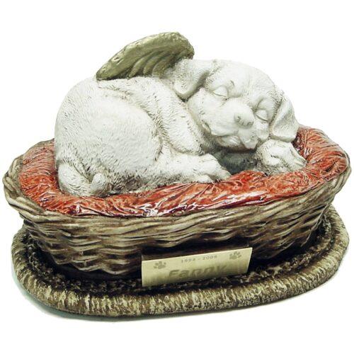 Urna para cinzas de animais: Cachorrinho Anjo na cesta com plaquinha de homenagem