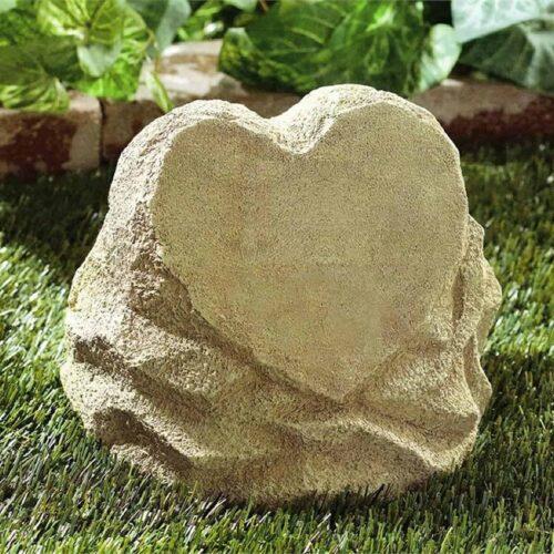 Urna Pedra para cinzas de pessoas. Feita de resina, esta urna tem formato de coração na parte da frente.